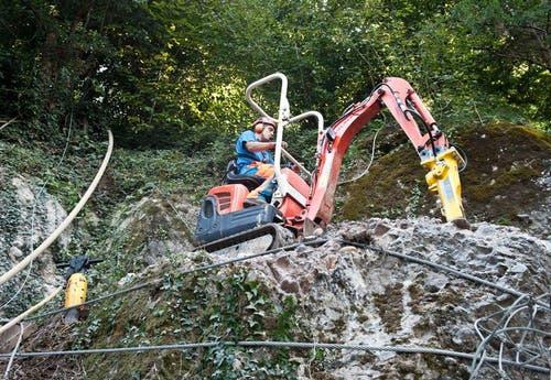 Mit schwerem Gerät wird der Fels abgetragen. (Bild: Boris Bürgisser / Neue LZ)