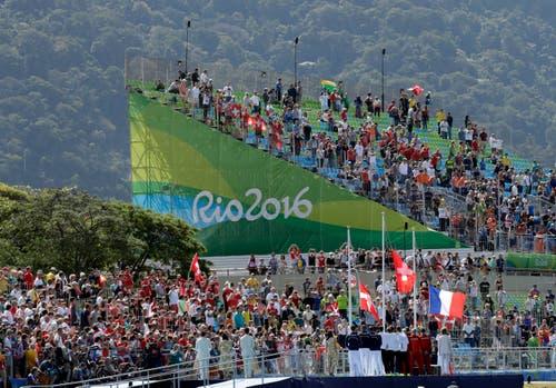 Auch ein paar Schweizer Fans hats auf der Tribüne. (Bild: AP / Charlie Riedel)
