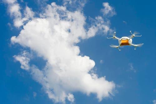 7. Juli: Die Post testet den Einsatz von Drohnen in der Logistik. Die Zukunftsmusik: Drohnen sollen abgelegene Winkel der Schweiz erreichen. (Bild: Keystone / Jean-Christophe Bott)