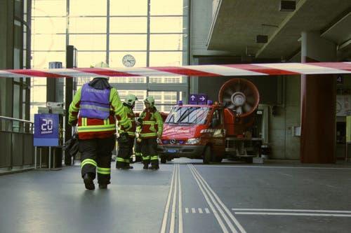 Ein Teil des Bahnhofs ist abgesperrt. (Bild: Christian Volken / luzernerzeitung.ch)