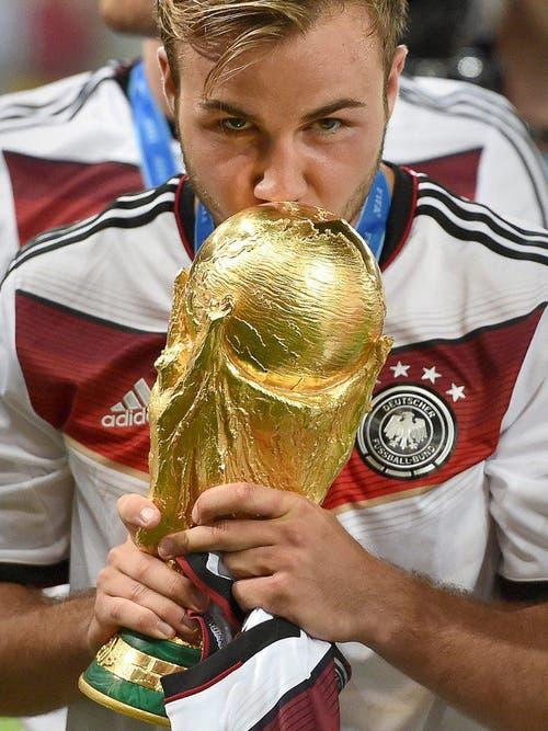 Mario Götze küsst den WM-Pokal. (Bild: Keystone)