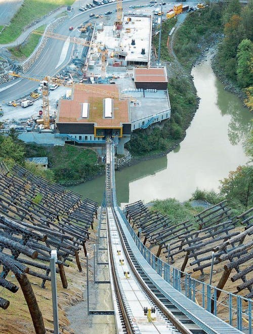 Blick vom Bahntrassee auf die Talstation der neuen Stoosbahn. Mit bis zu 110 Prozent Neigung wird dies die steilste Standseilbahn der Welt. (Bild: Franz Steinegger (20. September 2017))