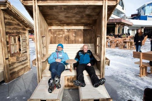 Tourismusdirektor Frederik Füssernich und Peter Reinle, Leiter Marketing und Stv. CEO geniessen die neuen Liegen auf der neue Terrasse des Restaurant Trübsee. (Bild: Manuela Jans-Koch (Neue LZ))