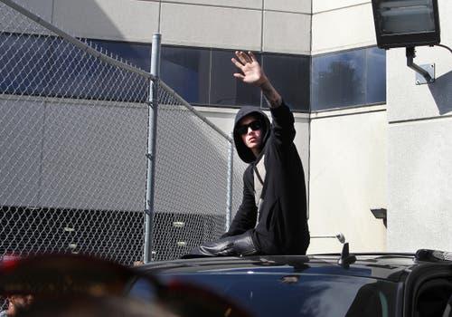 Apropos «Baby»: Der Sänger dieses Songs, Justin Bieber, winkt vom Dach seines SUV, nachdem er ein paar Tage im Knast abgesessen hat. Wegen Fahrens ohne Führerschein. (Bild: Keystone)