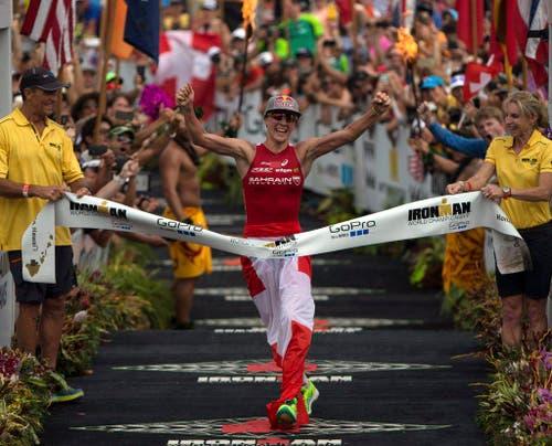 Daniel Ryf (28) gewinnt in 8 Stunden, 57 Minuten und 57 Sekunden den Ironman von Hawaii (10. Oktober). (Bild: EPA / Bruce Omori)