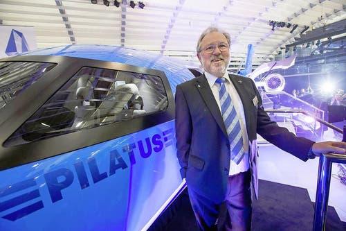 21. Mai 2013: Stolz präsentiert Oskar J. Schwenk, Verwaltungsratspräsident der Pilatuswerke Stans, in Genf ein 1:1-Modell des PC-24. Der erste Jet der Flugzeugwerke soll die Konkurrenz dank grosser Laderaumklappe und der Fähigkeit, auf fast jedem Untergrund landen zu können, abhängen. (Bild: Keystone)