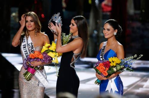 Pia Alonzo Wurtzbach (rechts) von den Philippinen wird Miss Universe 2015. Die ehemalige Miss Universe Paulina Vega (mitte) entfernt das Krönchen von Ariadna Gutierrez, Miss Universe 2014. (Bild: AP / John Locher)