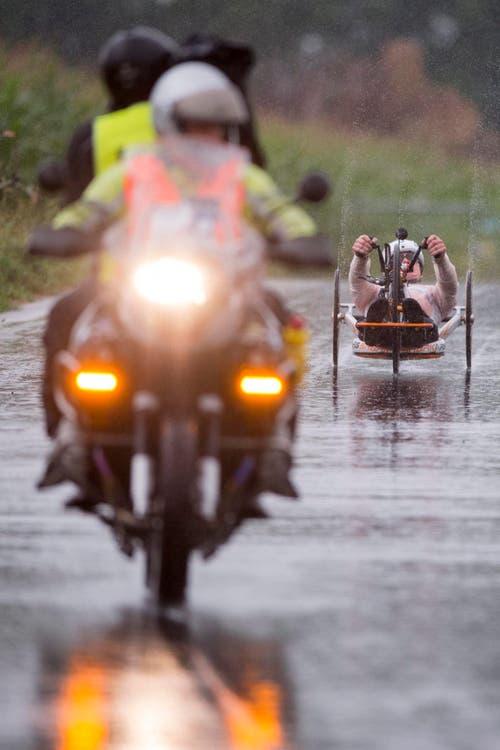 Der Holländer Mischa Hielkema fährt hinter dem Motorrad. (Bild: EPA/Urs Flüeler)