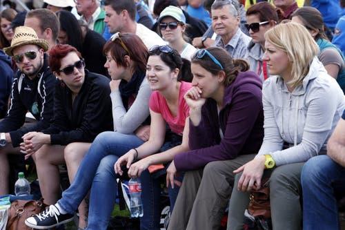 Zuschauerinnen und Zuschauer verfolgen das Geschehen. (Bild: Werner Schelbert / Neue ZZ)