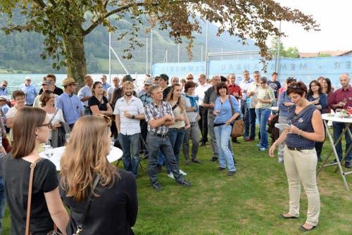 OK-Präsidentin Isabelle Gasser begrüsst Gäste und Sponsoren beim Apero in der Badi in Lungern. (Bild: Robert Hess / Neue OZ)