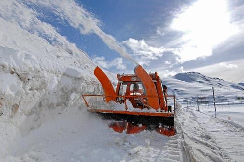 12. April: Die Schneeräumungsequipen sind im Grosseinsatz. Schliesslich hält der Frühling Einzug und die Zentralschweizer Pässe - im Bild die Passstrasse am Oberalp - sollen baldmöglichst wieder befahrbar sein. Bei Schneehöhen von bis zu 4 Metern ist die Räumung jedoch kein einfaches Unterfangen. (Bild: Eveline Beerkircher / Neue LZ)