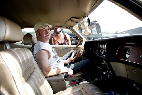 Peter und Tochter Angela Seeholzer aus Arth finden die US-Autos auch toll. (Bild: Corinne Glanzmann)