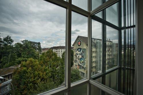 """Die """"Queen-Kong"""" ziert eine der Fassaden. (Bild: Pius Amrein / Neue LZ)"""