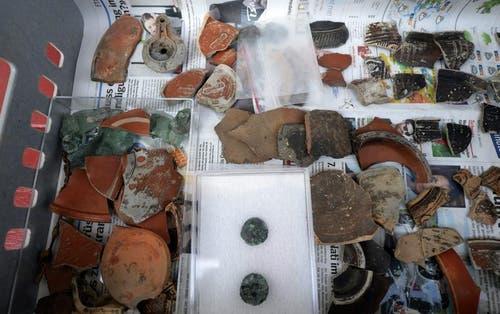 Ein Teil der Funde aus den bisher zehn römischen Brandgräbern. (Bild: Keystone)