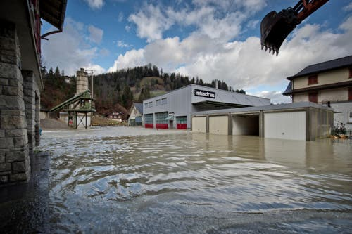 «Das Wasser hatte einen ziemlichen Zug drauf. Der Schaden kann noch nicht beziffert werden», so Imbach weiter. (Bild: Pius Amrein / Neue LZ)