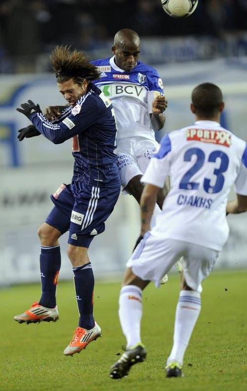 Adrian Winter vom FC Luzern (links) gegen Ibrahim Tall und Abdel Chahksi von Lausanne. (Bild: Keystone)