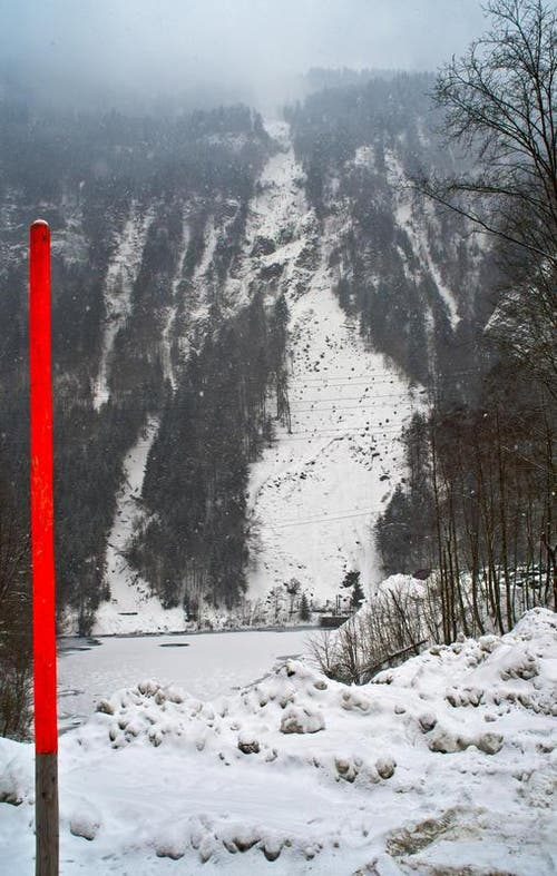 Mit dem Schnee am 24.2.2013 ist gut ersichtlich, wo das Trasse der neuen Stoosbahn entsteht. Das Bild zeigt die Waldschneise oberhalb des Parkplatz Schlattli. (Bild: Erhard Gick / Neue SZ)