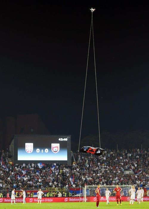 Das Spiel zwischen Albanien und Serbien musste abgebrochen werden, weil eine Drohne mit einer albanischen Flagge das Spielfeld überflog. (Bild: Keystone)