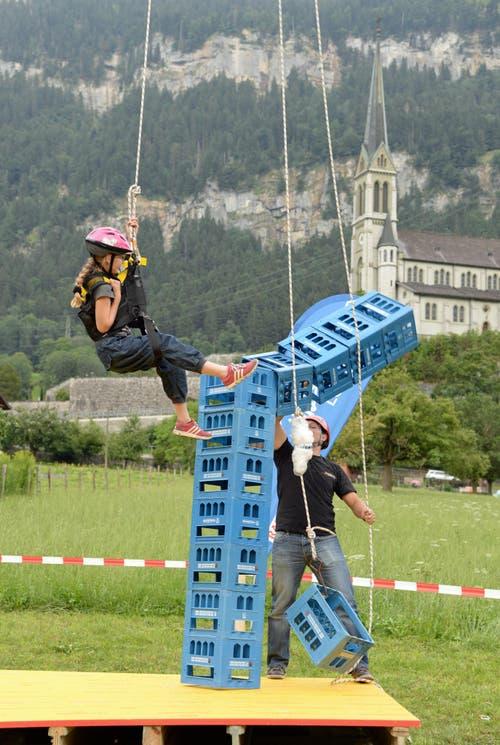Harassenstapeln in Lungern am Seenachtsfest: Rette sich wer kann! (Bild: Robert Hess / Neue OZ)