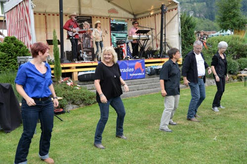 Country Music und Line Dance beim Seepark in Lungern. (Bild: Robert Hess / Neue OZ)