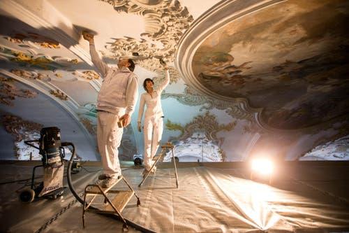 Pasquale Iacovo (links) und Farah Garofani arbeiten an den Stukkaturen (8. März 2016). (Bild: Philipp Schmidli)