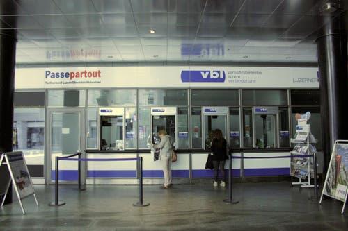 Trotz Stromausfall werden Kunden am Schalter der VBL bedient. (Bild: Christian Volken / luzernerzeitung.ch)