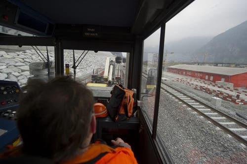 Ein Zug fährt zum ersten Mal auf der fest eingebauten Fahrbahn im Gotthard-Basistunnel von Erstfeld nach Sedrun. (Bild: Keystone)