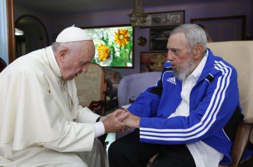 Papst Franziskus hält die Hand des ehemaligen kubanischen Staatschefs Fidel Castro beim Besuch in Havanna. (Bild: AP / Alex Castro)