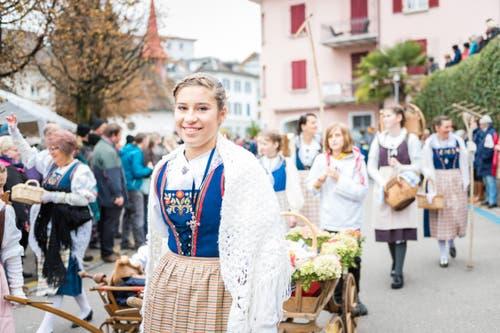Junge Frauen zeigen stolz die traditionelle Tracht. (Bild: Roger Grütter (LZ))