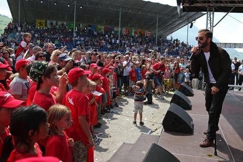 Sänger Bligg unterhält die Leute. (Bild: Philipp Schmidli)