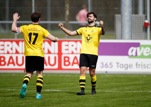 Die Baarer-Spieler Fatium Sylejmani (rechts) und Ronny Mazenauer freuen sich das 2:0. (Bild: Stefan Kaiser / Neue ZZ)