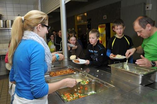 Sport macht hungrig. Essensausgabe im Truppenlager Glaubenberg. (Bild: Robert Hess / Neue OZ)