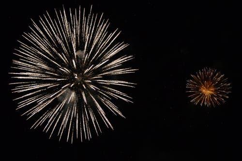 Entlang des Seeufers zwischen Kurpark und Camping fand vom 31. Juli auf den 1. August das 10. Lungerer Seenachtsfest statt. Bild: Gehört dazu: ein schönes Feuerwerk. (Bild: Robert Hess / Neue OZ)