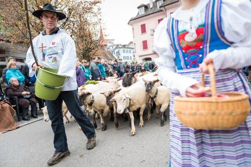 Am Festumzug wurden die Zuschauer beschenkt. (Bild: Roger Grütter (LZ))