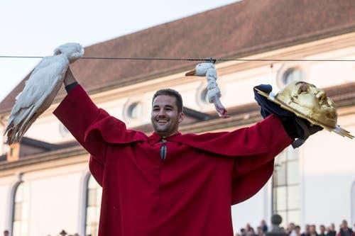 Es ist Christian Fries. Er gewinnt bereits zum vierten Mal und darf die Gans mit nach Hause nehmen. (Bild: KEYSTONE/Alexandra Wey)