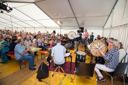 An der Eröffnung der neuen Tagesstätte am Samstag spielte die Weidli-Band bestehend aus Mitgliedern der Tagesstätte verstärkt mit einigen Mitarbeitern der Werkstätte Weidli vor vollem Haus zum Konzert auf. Um 11 Uhr waren bereits mehr als 500 Besucher im Weidli. (Bild: PD)