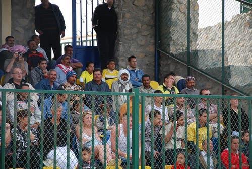 Aussergewöhnliche Publikumsdurchmischung beim Match El Gouna - FCL: Ägypter und ausländische Badetouristen. (Bild: Daniel Wyrsch / Neue LZ)