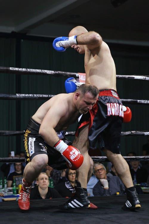 Tefik Hurricane Bajrami (rechts) gewinnt gegen Grigol Abuladze in der ersten Runde durch technischen K.O. (Bild: Philipp Schmidli / Neue LZ)
