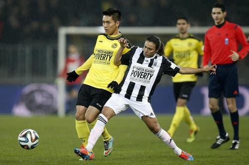 Der Young Boys-Spieler Yuya Kubo im Kampft mit Marta. (Bild: Keystone)