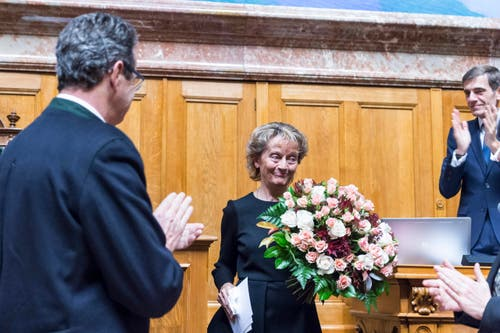 Bundesrätin Eveline Widmer-Schlumpf empfängt Applaus. (Bild: KEYSTONE / LUKAS LEHMANN)