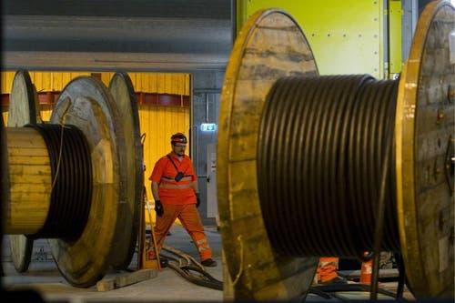 02.04.2013: Kilometerweise wird Kabel im neuen Bahntunnel verlegt. (Bild: Keystone)