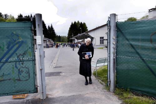 11. Mai: Die ersten Asylbewerber ziehen in der Truppenunterkunft Gubel in Menzingen ein. Auf dem Bild sehen sich Besucher die Unterkunft an. (Bild: Werner Schelbert / Neue ZZ)