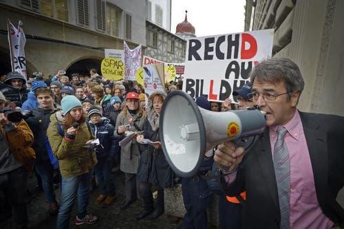 SP Kantonsrat Giorgio Pardini spricht zu den Demonstranten. (Bild: Pius Amrein/Neue LZ)