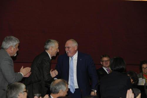 Urs Dickerhof nimmt die Gratulationen zur Wahl zum Kantonsratspräsidenten an. (Bild: PD)