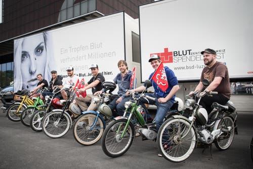 Die Töffli der «Teffli-Rally» aus Stans vor dem Blutspendemobil (Bild: Manuela Jans / Neue LZ)