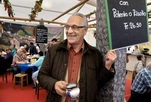 Gabriele Pedrazzetti, Präsident von Pro Ticino Lucerna, geniesst im Grotto Ticinesi an der Luga einen Boccalino. (Bild: Eveline Beerkircher / Neue LZ)