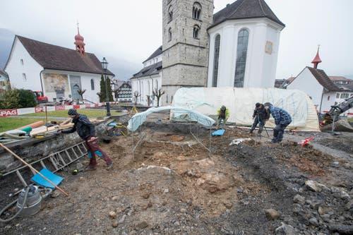Bei den erweiterten archaeologischen Grabungen am Mittwoch, 24. Februar 2016, wurden in der Naegeligasse bei der Pfarrkirche in Stans in geringer Tiefe nochmals mehrere Skelette sowie eine undatierte Glockenguss-Grube gefunden. (Bild: KEYSTONE/URS FLUEELER)