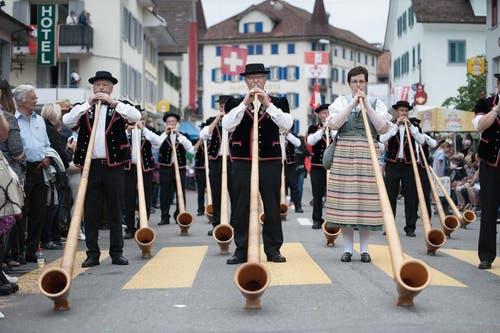die Alphornbläser- und Fahnenschwingervereinigung Amt Entlebuch bringt ein Ständchen. (Bild: Pius Amrein / Neue LZ)