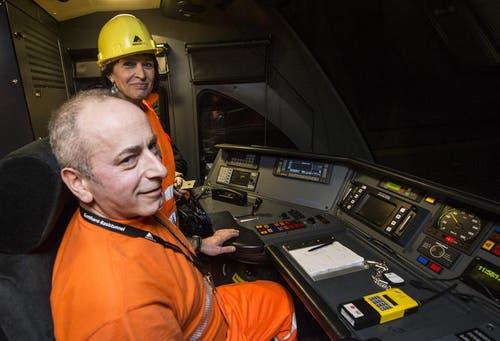 16.12.2013: Bundesrätin Doris Leuthard im ersten Zug, der mit 160 km/h durch den Tunnel braust. (Bild: Keystone)
