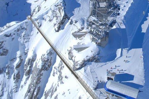 Hängebrücke mit der Bergstation des Sessellifts Ice Flyer (rechts). (Bild: PD)